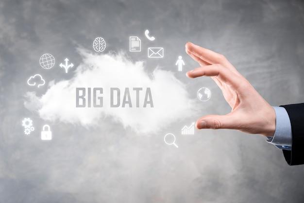 L'uomo d'affari tiene l'iscrizione, la parola big data.
