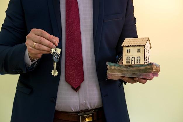 L'uomo d'affari tiene le chiavi dell'appartamento