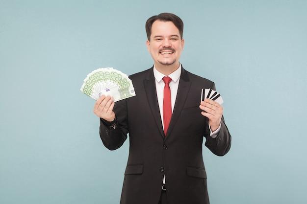 L'uomo d'affari tiene molti euro e molte carte bancarie