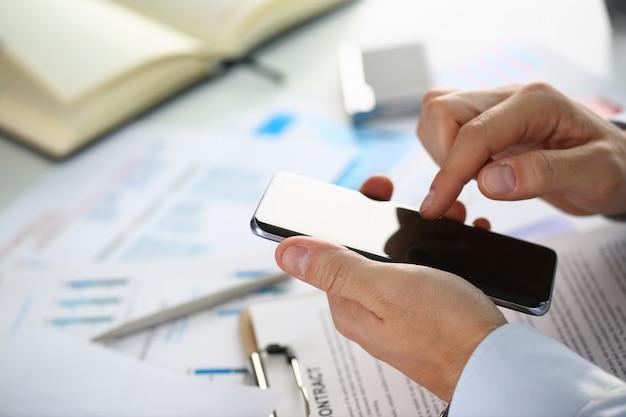 Uomo d'affari tiene un nuovo smartphone