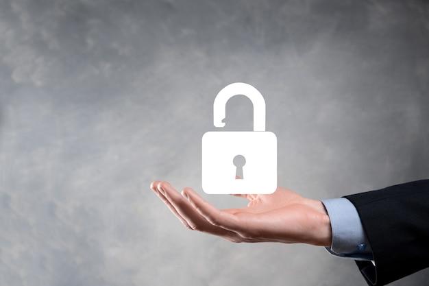 L'uomo d'affari tiene un'icona del lucchetto aperto sul suo palmo. sblocco di un lucchetto virtuale. concetto di business e metafora della tecnologia per attacco informatico, criminalità informatica, sicurezza delle informazioni e crittografia dei dati.