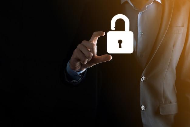 L'uomo d'affari tiene un'icona del lucchetto aperto sul palmo. sbloccare un lucchetto virtuale. concetto di business e metafora tecnologica per attacco informatico, criminalità informatica, sicurezza delle informazioni e crittografia dei dati.