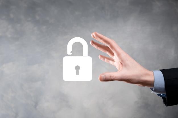 L'uomo d'affari tiene un'icona del lucchetto aperto sul suo palmo. sblocco di un lucchetto virtuale.