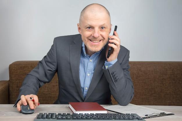 Uomo d'affari in ufficio a casa che lavora con i documenti. quarantena durante l'epidemia di coronavirus