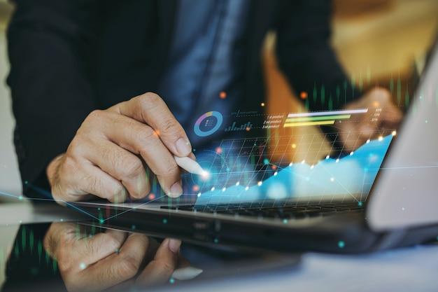 L'uomo d'affari interagisce con l'intelligenza artificiale per investire concetto di attività di criptovaluta