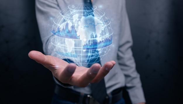 L'uomo d'affari che investe in azioni mostra l'illustrazione della crescita aziendale del grafico dell'ologramma