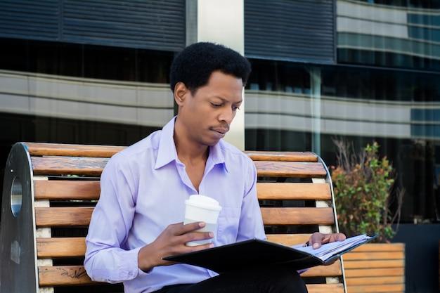 L'uomo d'affari sta controllando una documentazione di progetto