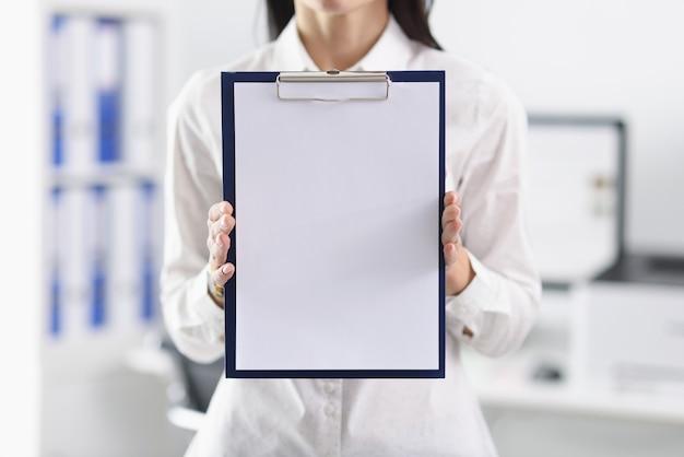 L'uomo d'affari sta tenendo klebold con un foglio bianco bianco.
