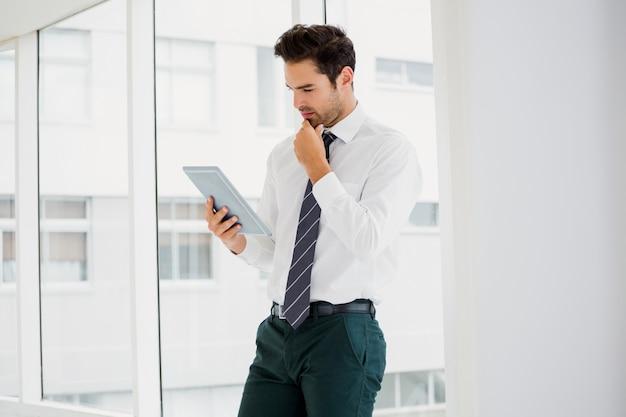 Un uomo d'affari sta tenendo e leggendo un quaderno