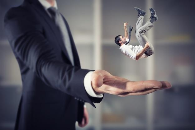L'uomo d'affari è salvato da una grossa mano. concetto di supporto e assistenza alle imprese