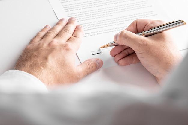 L'uomo d'affari sta firmando un contratto, dettagli del contratto aziendale.