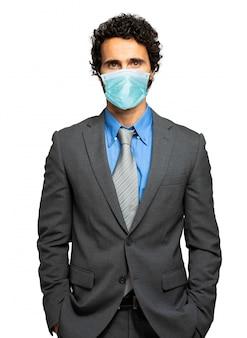 Uomo d'affari isolato su bianco che indossa una maschera