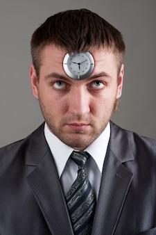 Uomo d'affari che cerca di cronometrare in testa