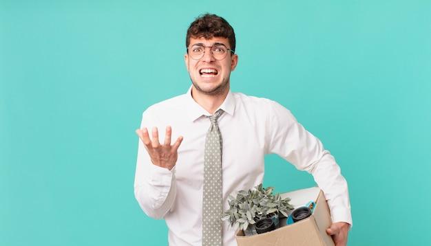 Uomo d'affari che sembra disperato e frustrato, stressato, infelice e infastidito, urla e urla. concetto di licenziamento