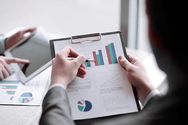 .businessman fa una relazione finanziaria.