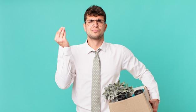 Uomo d'affari che fa un gesto di capitale o denaro, dicendoti di pagare i tuoi debiti!. licenziamento