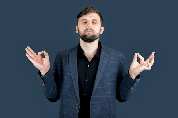 Un uomo d'affari in abito blu medita