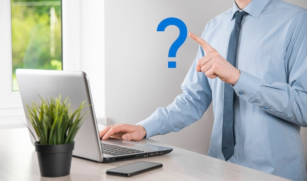 I punti interrogativi dell'interfaccia della tenuta della mano dell'uomo dell'uomo d'affari firmano il web. chiedi quiestion online, concetto di faq, cosa dove quando come e perché, cerca informazioni su internet.