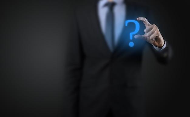 Uomo d'affari man mano tenere interfaccia punti interrogativi segno web