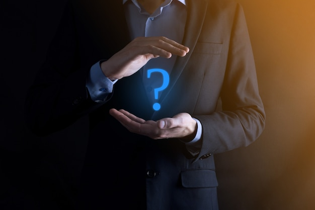 Uomo d'affari man mano tenere interfaccia punti interrogativi segno web.