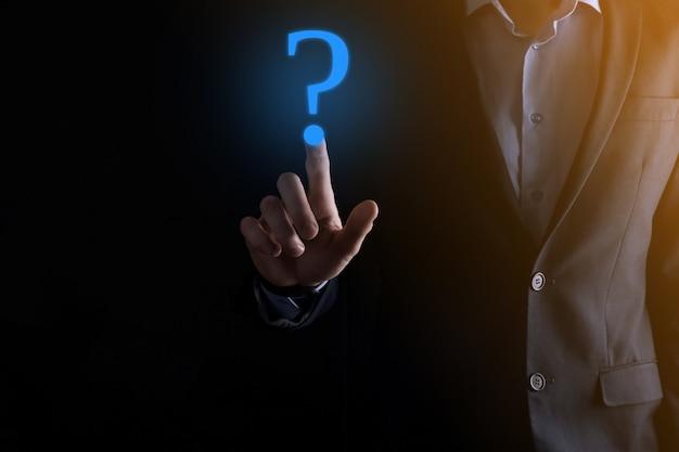 Uomo d'affari man mano tenere smartphone interfaccia telefono punti interrogativi segno web.