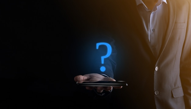 Segno di punti interrogativi dell'interfaccia del telefono dello smartphone della stretta della mano dell'uomo dell'uomo d'affari