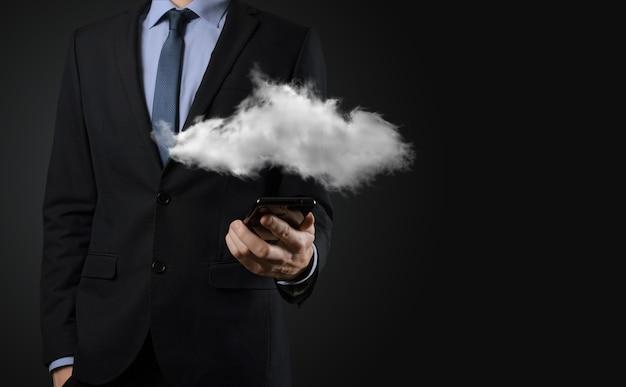 Uomo affari, man mano, presa a terra, cloud., cloud computing, concetto, primo piano, di, giovane, uomo affari, con, nuvola, sopra, suo, mano.