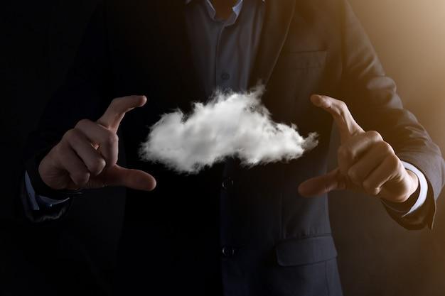 Mano dell'uomo d'affari che tiene la nuvola