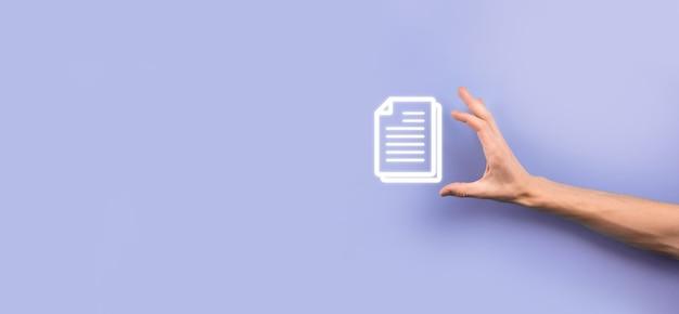 Uomo d'affari che tiene in mano un'icona del documento gestione dei documenti sistema dati business internet technology concept. sistema di gestione dei dati aziendali dms