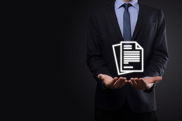 Uomo d'affari che tiene in mano un'icona del documento gestione dei documenti sistema dati business internet technology concept. sistema di gestione dei dati aziendali dms.