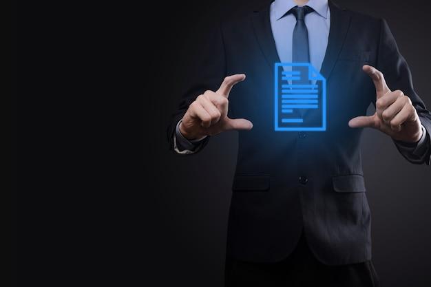 Uomo d'affari uomo che tiene un'icona del documento in mano sistema di dati di gestione dei documenti business internet technology concept. sistema di gestione dei dati aziendali dms.