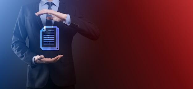 Uomo d'affari che tiene un'icona del documento in mano sistema di dati per la gestione dei documenti business internet technology concept. sistema di gestione dei dati aziendali dms.