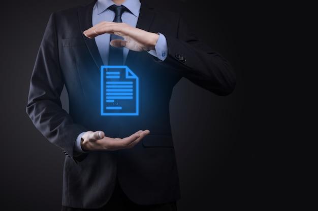Uomo d'affari che tiene un'icona del documento nella sua mano sistema di dati di gestione dei documenti