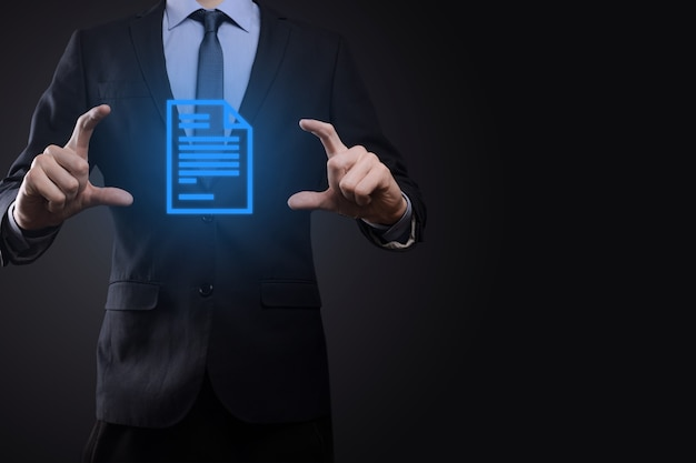 Uomo d'affari che tiene un'icona del documento nella sua mano gestione dei documenti