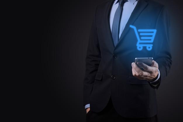 Uomo d'affari uomo che tiene il carrello mini carrello del carrello nell'interfaccia di pagamento digitale aziendale. affari, commercio e concetto di acquisto.