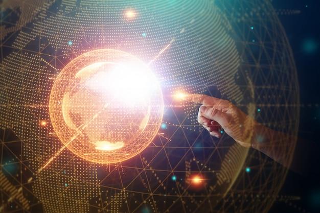 L'uomo d'affari indica un ologramma del pianeta terra. globalizzazione, rete, internet veloce, nuove tecnologie nella comunicazione. copia spazio supporti misti.