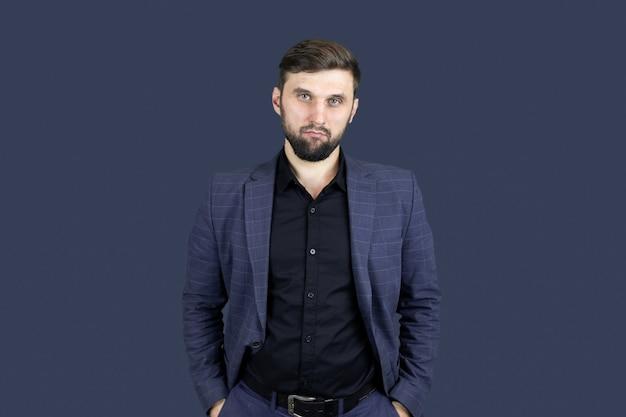 Uomo d'affari un uomo con la barba in un abito blu