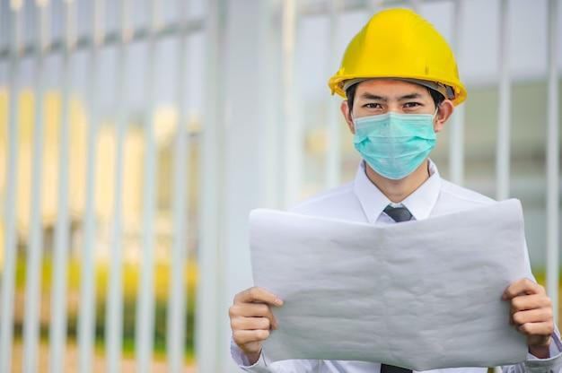 Maschera facciale di uso di manager dell'uomo d'affari costruzione di lavoro gialla del casco della tenuta del casco