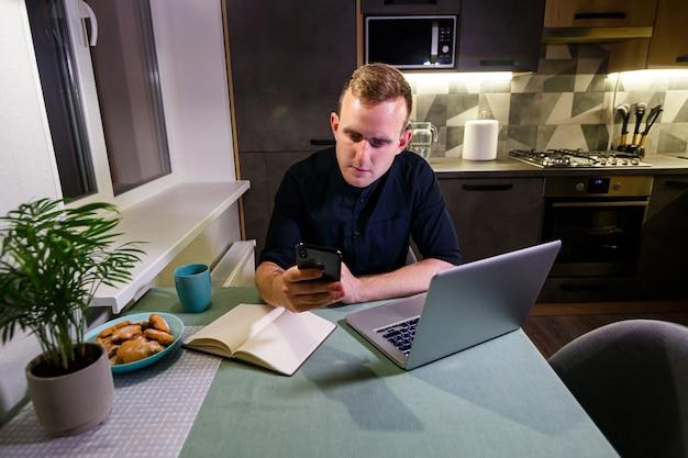 Uomo d'affari nuovo progetto online, guardando un laptop sul posto di lavoro, un professionista medita una soluzione, si siede a un desktop con un computer, uno studente è alla ricerca di nuove idee, lavora a casa, mette in quarantena