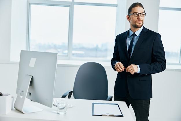 L'uomo d'affari nei gesti dell'ufficio con le sue mani lifestyle