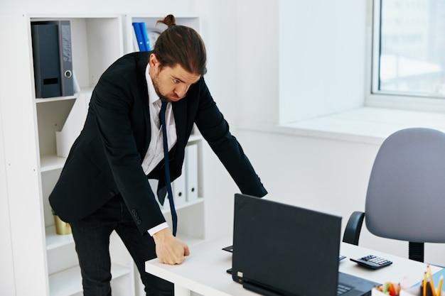 Uomo d'affari in ufficio con documenti executive
