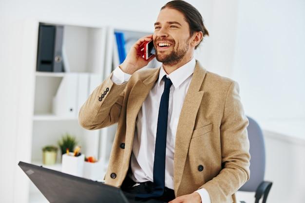 Stile di vita ufficiale dell'ufficio di lavoro del computer portatile dell'uomo d'affari