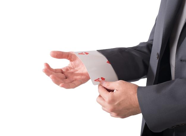 Uomo d'affari fuori dalla manica una carta da poker