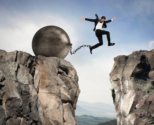 L'uomo d'affari supera ostacoli e problemi con leggerezza