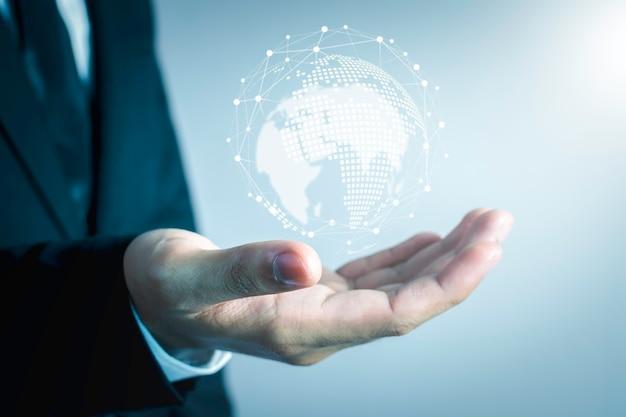 La gente dell'uomo d'affari sta usando la tecnologia innovativa. tecnica mista, concetti digitali e collegamento con il mondo.
