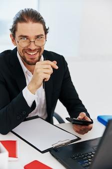 Tecnologie di emozioni del lavoro del computer portatile del telefono dell'uomo d'affari