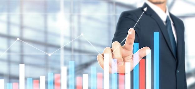 Crescita del grafico del piano dell'uomo d'affari e aumento degli indicatori positivi del grafico