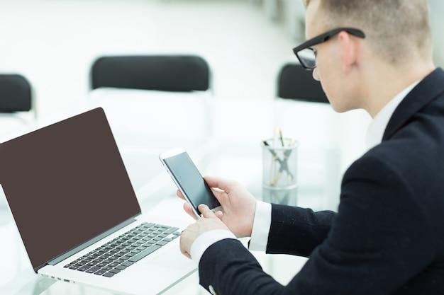 Uomo d'affari che pianifica viaggi con un laptop, persone e tecnologia