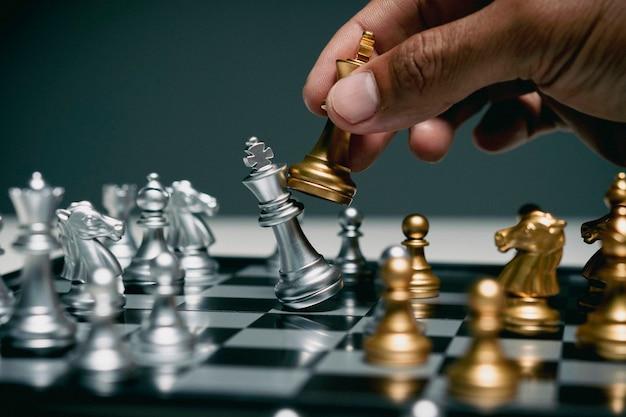 Uomo d'affari che gioca a scacchiera, concorrenza negli affari,