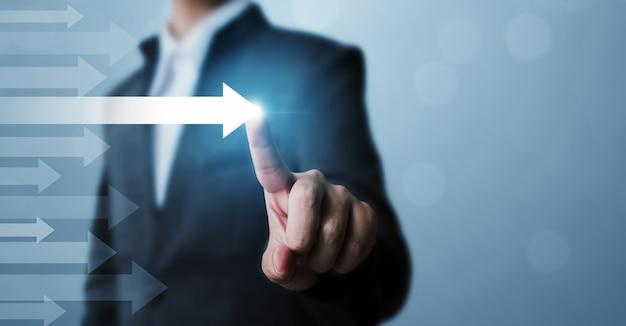 Uomo d'affari che punta la freccia concetto di successo aziendale